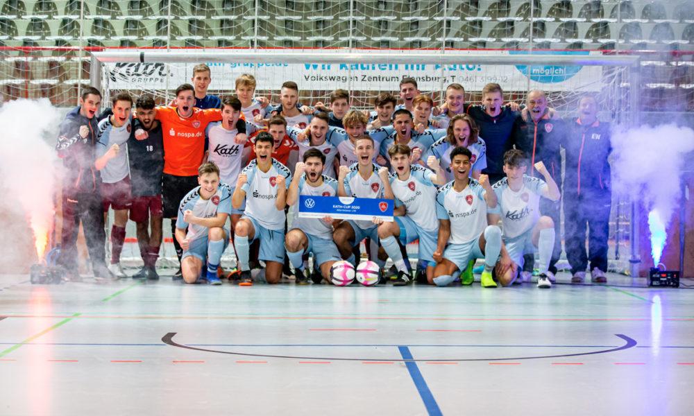 Die Sieger im Nebel: Der SC Weiche Flensburg 08 feiert den Sieg beim Kath Cup
