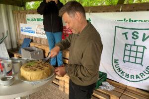 Robert Habeck schneidet die Marzipan-Jubiläumstorte an. Foto: TNS Sports